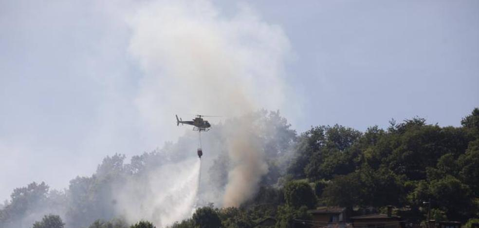 Una quema de rastrojos lleva las llamas al pueblo de Coballes