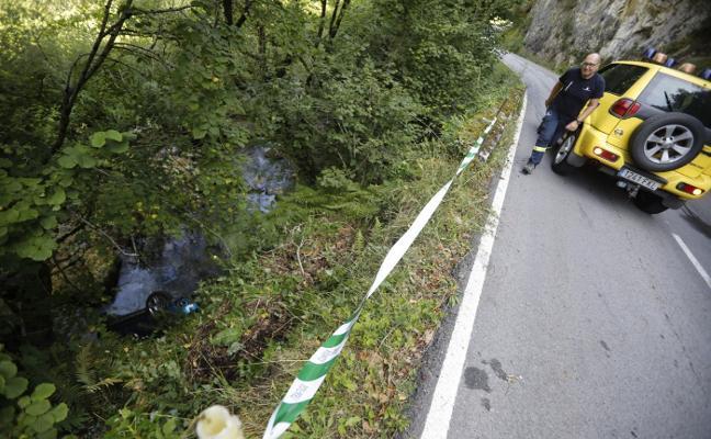 Un matrimonio resulta herido tras caer con su coche al río Nalón en Caso