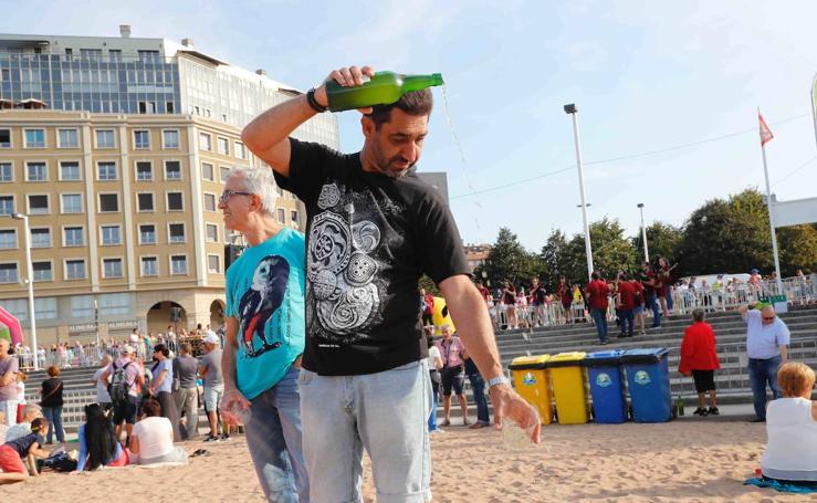 ¿Estuviste en el récord mundial de escanciado de sidra de Gijón? Búscate (4)
