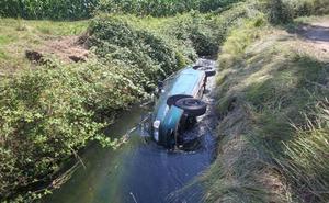 Un vehículo cae al canal del Narcea en Pillarno