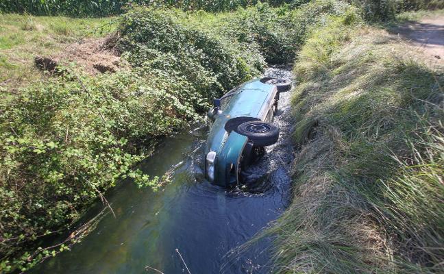 Un conductor resulta ileso tras caer con su vehículo al canal del Narcea en Pillarno