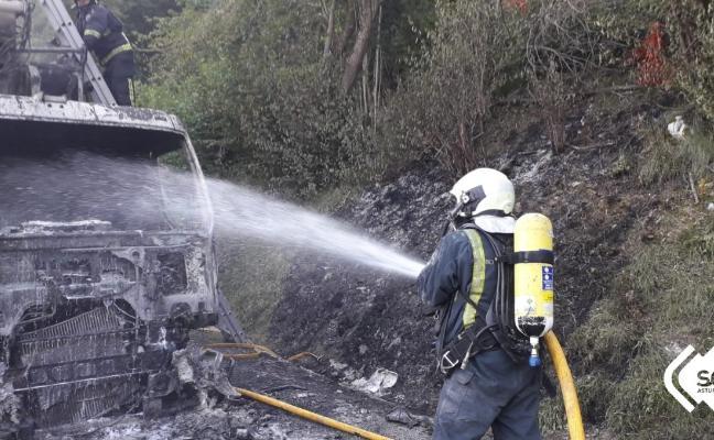 Un incendio calcina un camión de la basura en Lena