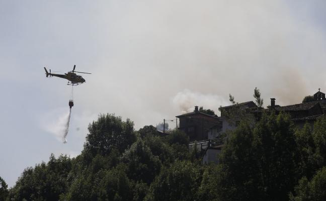Los bomberos controlan un fuego que llegó a las puertas de Coballes
