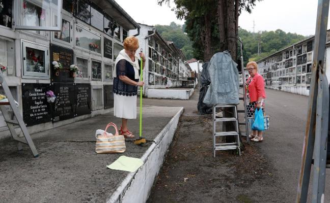 Langreo activa un plan de mejoras en los cementerios tras las quejas vecinales