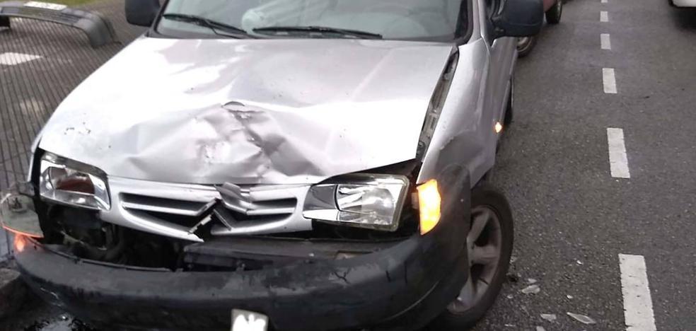Se estrella contra dos coches en Oviedo cuando huía de su marido