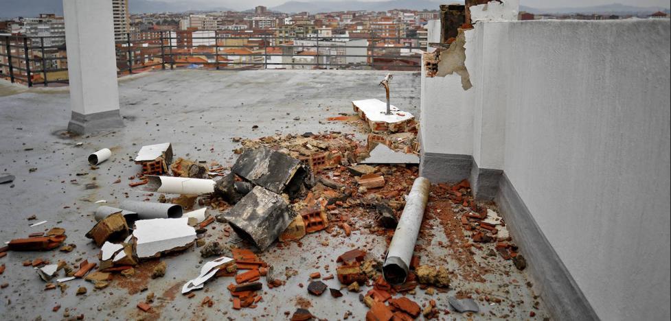 Un rayo revienta una chimenea en la céntrica avenida de la Costa de Gijón