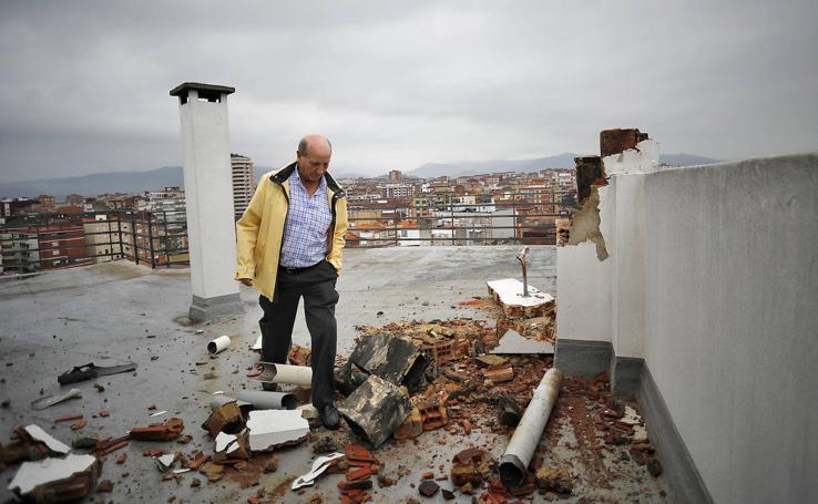 Un rayo revienta una chimenea en la avenida de la Costa de Gijón