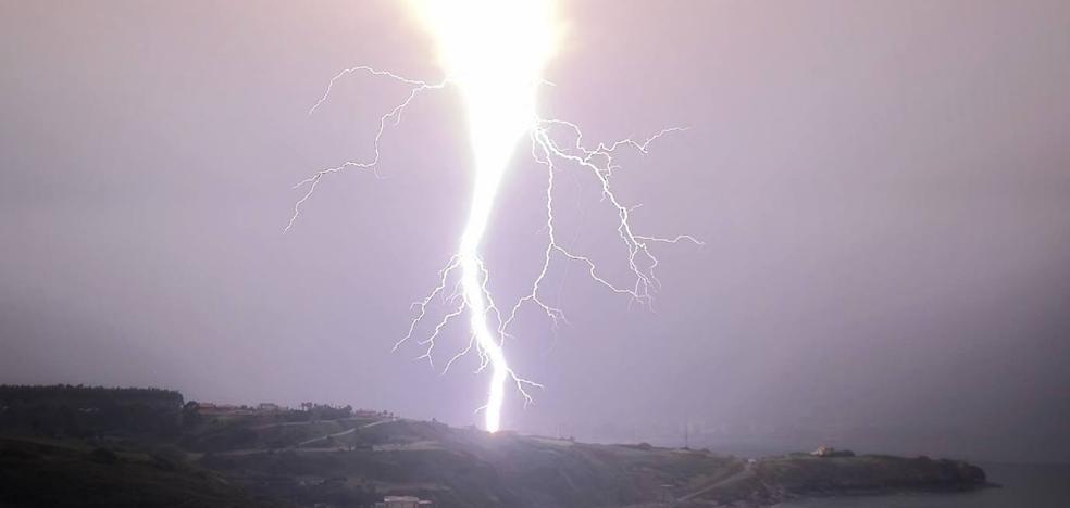 Las tormentas, que continuarán mañana, dejan 500 viviendas sin luz en Asturias