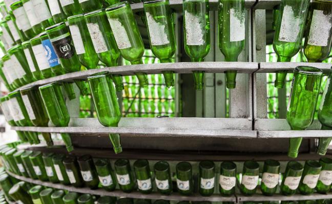 Multados con 602 euros por romper doce botellas del 'Árbol de la Sidra'