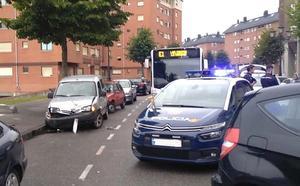 Huye de su marido en una furgoneta a toda velocidad y se estrella contra dos coches en Oviedo