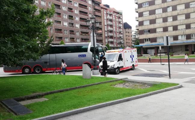Un ciclista resulta herido grave tras ser arrollado por un autobús en Oviedo