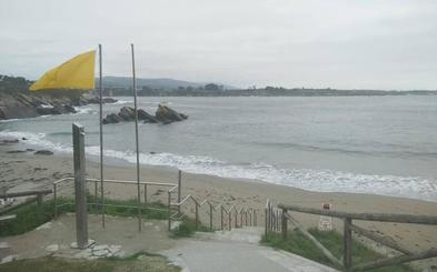 Reabre al baño la playa de Arnao, en Castropol, tras el vertido de purines