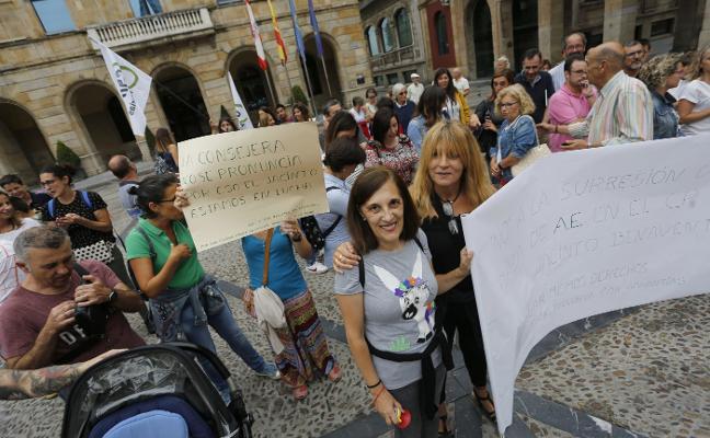 Padres, profesores y alumnos del Jacinto Benavente exigen mantener a sus dos auxiliares