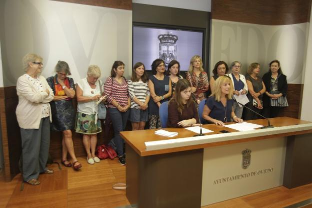 Las representantes de los 28 colectivos durante la rueda de prensa en la que presentaron su manifiesto. / M. ROJAS