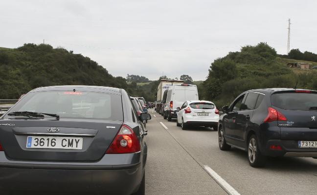 El vuelco de un camión provoca cinco kilómetros de atasco en la 'Y'