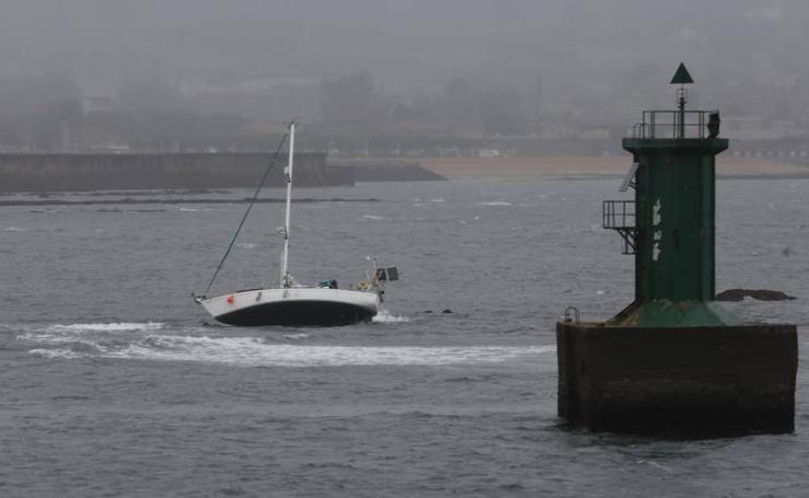 Así fue el despliegue para rescatar al tripulante de un velero en Gijón