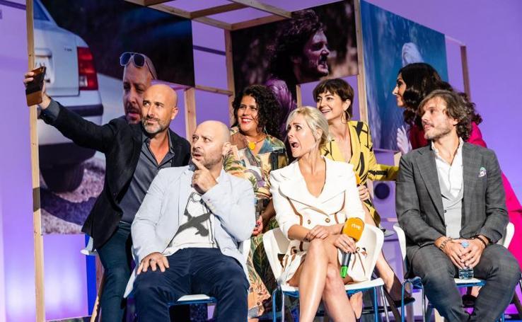 Las estrellas de la tele brillan en la alfombra del FesTVal