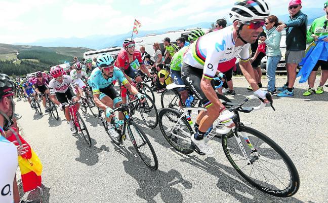 Vuelta España | Solo Valverde se mantiene en pie en la fiesta de Roglic en el Acebo
