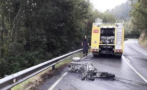 Un motorista resulta herido en Vegadeo tras salirse de la vía e incendiarse su moto