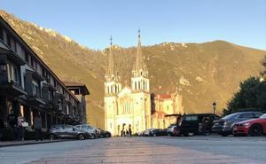 «El otoño es la mejor época para las obras», sostiene el abad de Covadonga