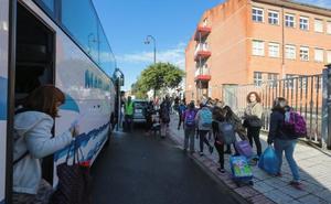 Más de 2.000 alumnos de 29 centros de Gijón y Oriente inician el curso sin transporte escolar