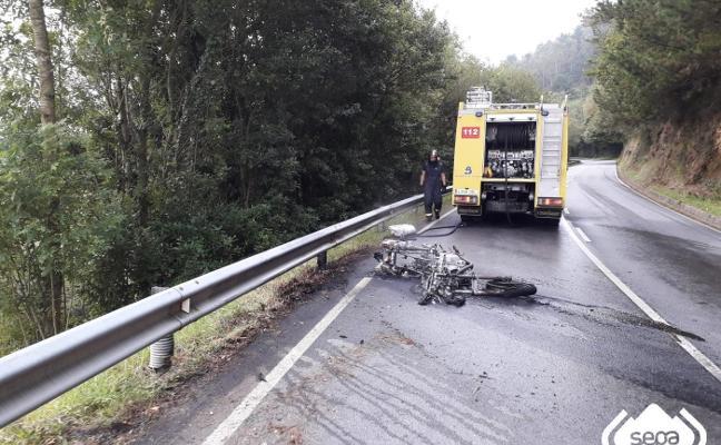 Herido al salirse de la vía en Vegadeo y arder su moto