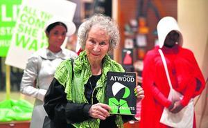 Margaret Atwood: «Que los antiabortistas al menos paguen a las embarazadas»