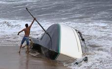Sale a flote el velero que encalló frente a la playa de Poniente en Gijón