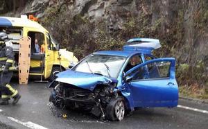 Herida grave una joven de 20 años tras salirse de la carretera en Tineo
