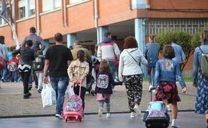 Asturias vuelve al colegio con menos aulas y problemas en el transporte
