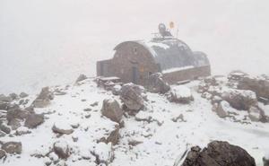 La nieve llega a Picos de Europa para despedir el verano