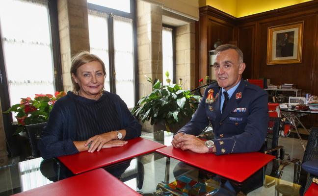 La alcaldesa se reúne con el comandante militar aéreo de Asturias