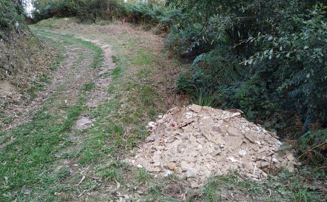 Vecinos de San Martín denuncian vertidos de escombro en la parroquia