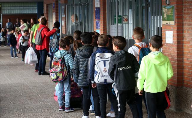 Asturias abre el curso escolar con 1.200 niños menos y críticas por el «caos organizativo»