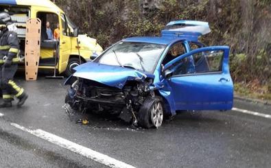 Herida grave una joven al perder el control de su coche en la AS-15, en Tineo