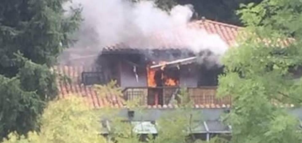 Un incendio quema parte del edificio de El Urogallo, en El Entrego