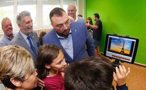 Barbón abre el curso en la escuela rural de Villayón, «esencial para que Asturias no muera»