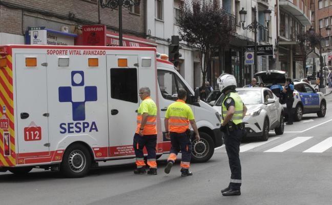 Una mujer resulta herida grave en Oviedo al ser atropellada cuando cruzaba en rojo