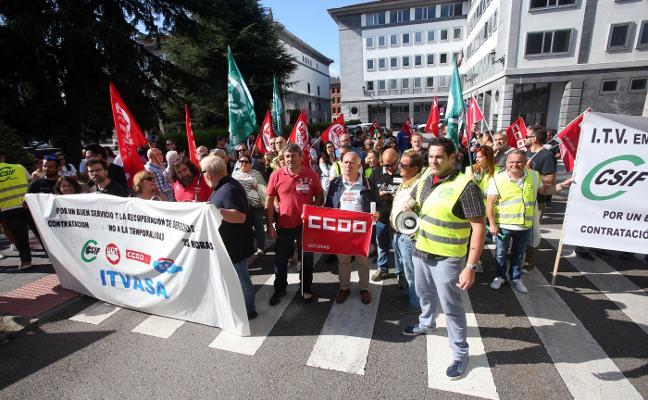 «Hacemos 20.000 horas extra al año», protestan los empleados de las ITV