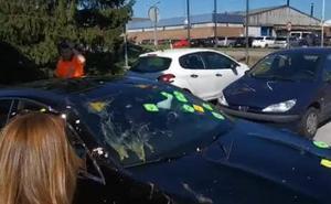 Huevos contra el coche de los representantes de Vesuvius por la presentación del ERE