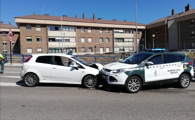 Un conductor embiste a una patrulla de la Guardia Civil tras huir de la Policía