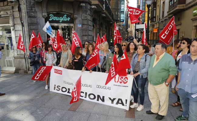 Los empleados de Douglas alzan la voz en Gijón contra el cambio de sus condiciones