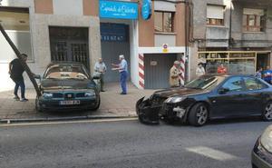 Un coche tira abajo un árbol en Ciudad Naranco tras una colisión por alcance en la calle Torrecerredo