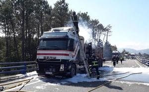 El incendio de un camión corta la A-8 en Navia durante una hora