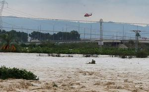 Rescatan en helicóptero en Alicante a tres mujeres que pusieron de parto mientras estaban atrapadas
