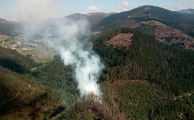 Se reactiva el incendio forestal entre Pontigón y Castañeo, en Valdés