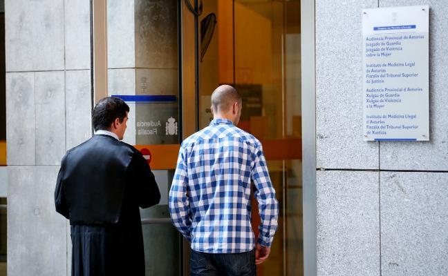 El acusado de intercambiar fotos sexuales con una niña acepta seis meses de cárcel
