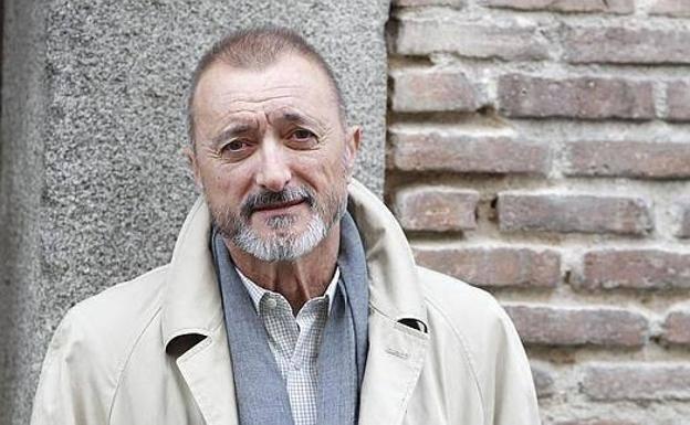 Lo que responde Arturo Pérez-Reverte a un seguidor que le pregunta si es franquista