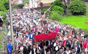 El Cristo abarrota a su paso las calles y aceras de Nueva