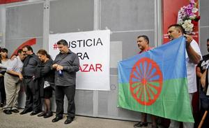 Flores y aplausos en memoria de Eleazar García a las puertas de El Molinón